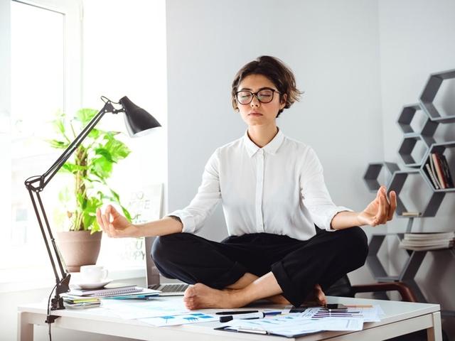 Coba Meditasi 10 Menit Untuk Menjernihkan Pikiran Saat Di Kantor!