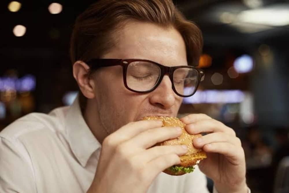 Ini Dia Alasan Kenapa Kita Berkeringat Saat Makan