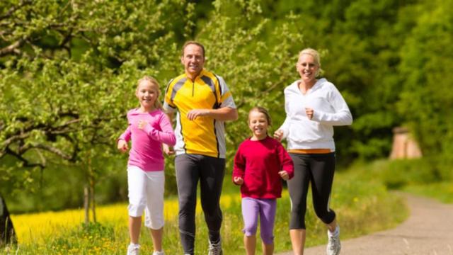 5 Olahraga yang Bisa Dilakukan Bareng Keluarga Saat Weekend