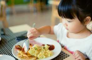 Mendidik Anak Untuk Makan Sendiri, Cara Apa yang Bisa Dilakukan Orangtua?