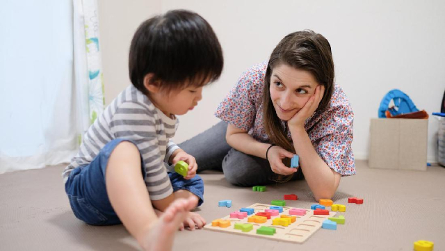 Ajari Anak Belajar Menulis Huruf? Moms, Coba 5 Cara Menyenangkan Ini Ya!