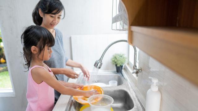 Tanamkan Sikap Tolong Menolong pada Anak, Lakukan Cara Ini