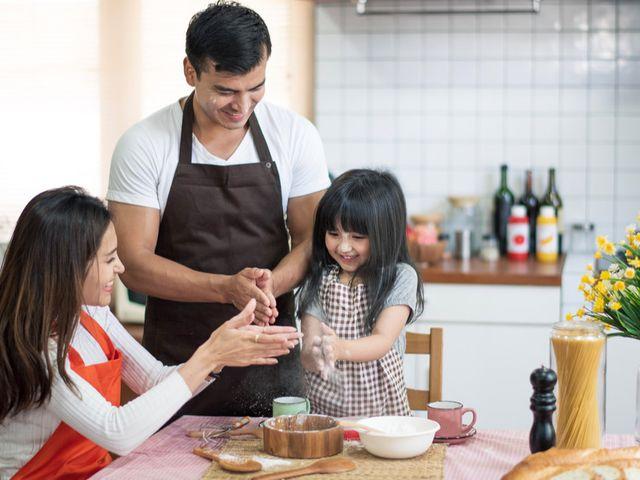 Masak Bareng Anak di Akhir Pekan Punya Banyak Manfaat Lho, Apa Saja?