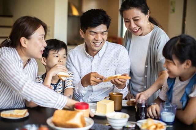 Generasi Sandwich: Definisi dan Tantangan yang Sering Dihadapi