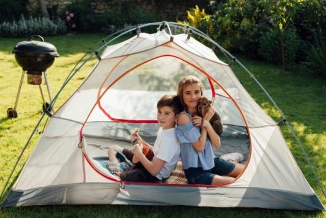 6 Tips Camping Di Rumah Bersama Keluarga. Bantu Usir Rasa Bosan Nih