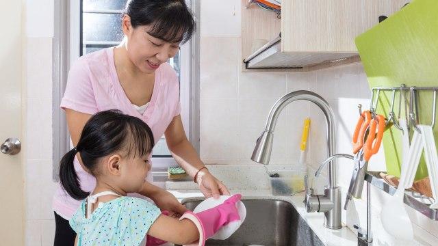 5 Daftar Kewajiban Anak di Rumah, Yuk Kenalkan Sejak Dini, Moms!