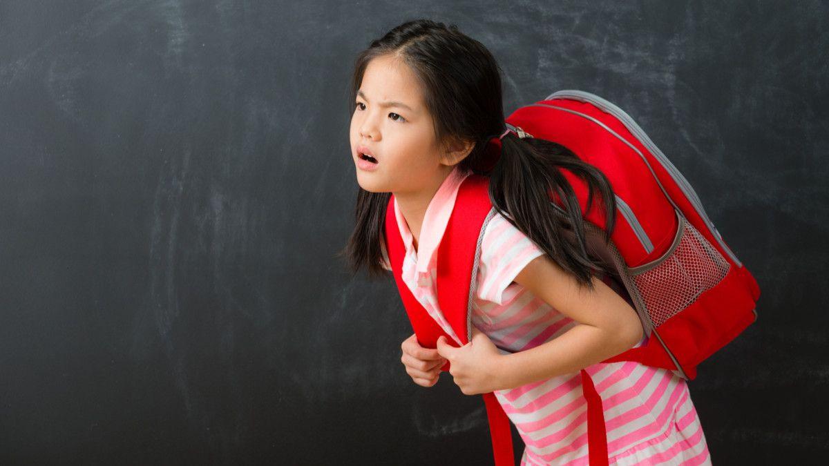 Hindari Postur Tubuh Bungkuk pada Anak, Perhatikan 5 Hal Ini Ya