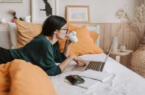 Suka Bekerja di Atas Kasur Selama WFH? Ini 5 Bahaya yang Mengintai!
