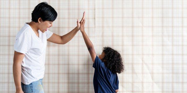 Sebelum Berikan Kalimat Pujian pada Anak, Perhatikan 5 Hal Ini Dulu Ya