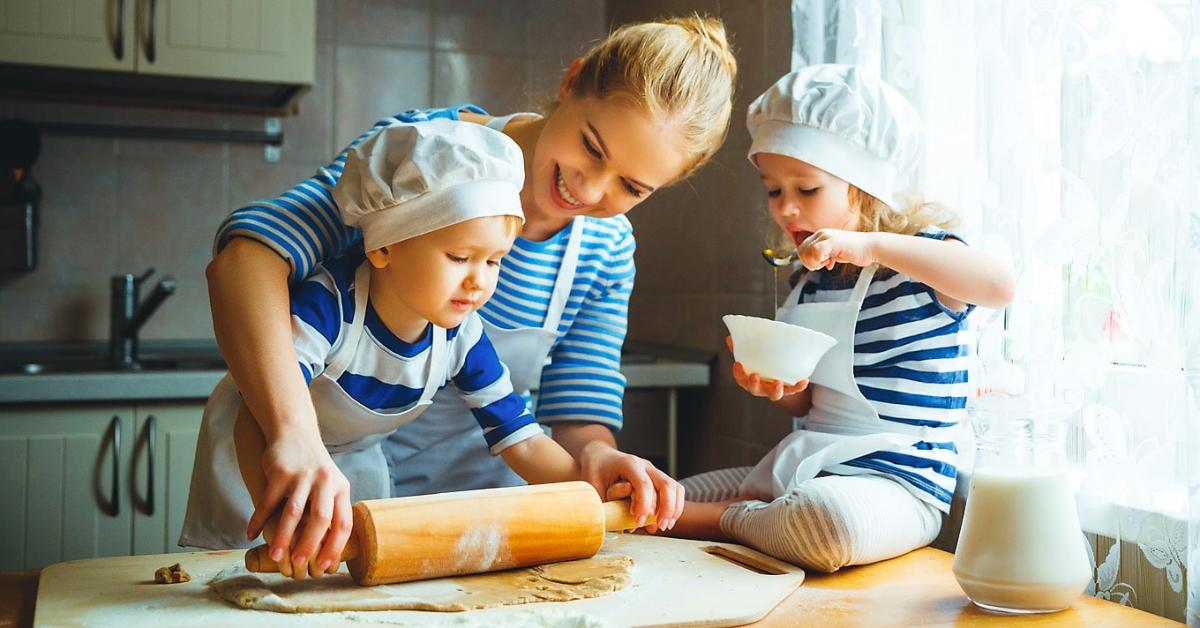 Si Kecil Ingin Membantu Ibu Memasak? Perhatikan Dulu Hal Ini!
